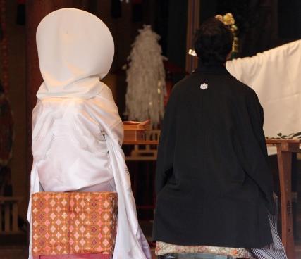 北海道旭川市の家具産地としての評価が確立されたのは昭和30年代から40年代頃のことで、洋服箪笥、和箪笥、整理箪笥という、いわゆる「婚礼家具」を中心に、日本中へ進出してゆきました。